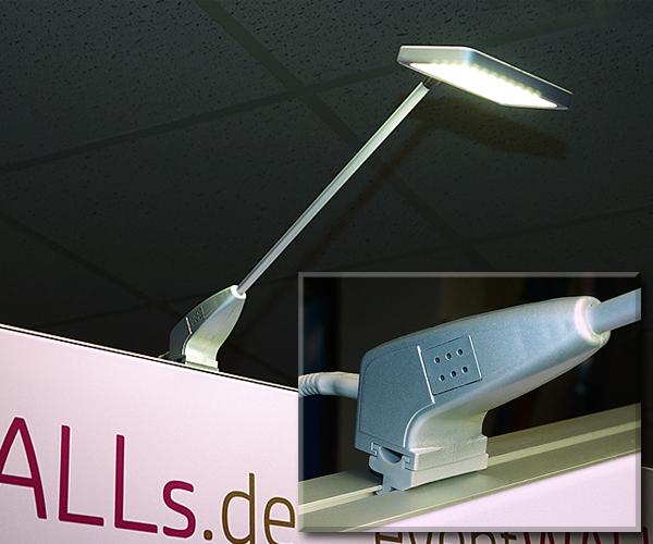 LED Displaystrahler 230 V/ 11 W/ 1080 Lumen/ 4000 K wird einfach auf die Sponsorenwand und Pressewand gesetzt