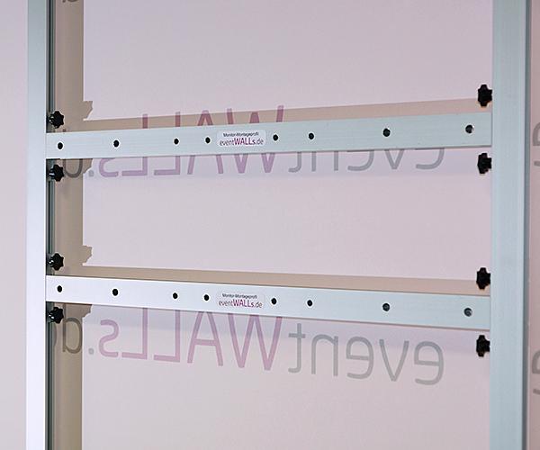 Mit dem Monitor-Montageprofil kann jeder Monitor bis 65 Zoll an jeder Position der Messewand montiert werden