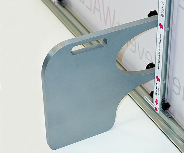 Das Standgewicht auf der Rückseite der Messewand, an der Presse- und Sponsorenwand und an den Monitor-Stelen sorgt für einen sicheren Stand.