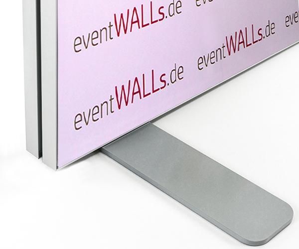 Wenn die Werbewand direkt an einer Mauer stehen soll, setzen Sie den halben Standfuß ein.