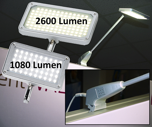 LED Displaystrahler 230 V, 2600 und 1080 Lumen, 4000 K wird einfach auf die Sponsorenwand und Pressewand gesetzt