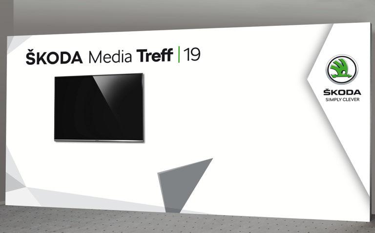 Pressewand mit Monitor 500 x 250 cm